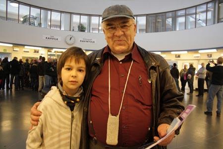 Seppo Iiskola ja pojanpoika Ville. Kuva: Riitta Luhtala