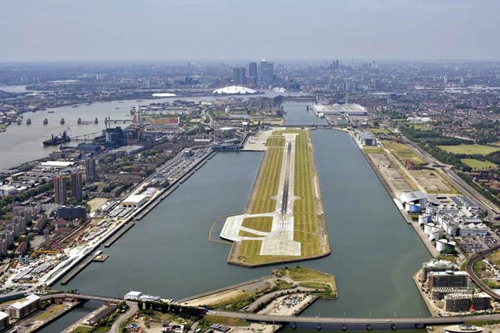 London City Airport. Taustalla näkyvät O2-areena ja Canary Wharf.