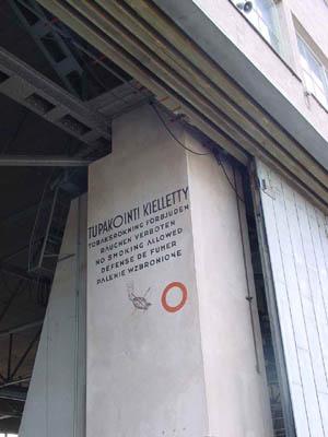 Alkuperäiset yksityiskohdat 1930-luvulta koristavat yhä Malmin lentoaseman arkkitehtonisesti arvokkaita rakennuksia. Suuren hangaarin seinillä tupakointi kielletään kuudella kielellä: suomeksi, ruotsiksi, saksaksi, englanniksi, ranskaksi ja puolaksi.
