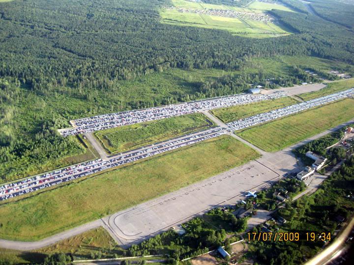 Rzhevkan laadukas lentokenttä on nykyisin autoliikkeen parkkipaikka. Kuva: Alexander Evdokimov